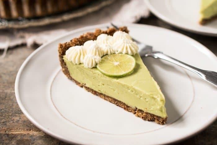 No-Bake Gluten Free, Paleo & Keto Key Lime Pie #keto #lowcarb #glutenfree #paleo #healthyrecipes #keylimepie #ketodessert #pie #ketorecipes #ketodiet
